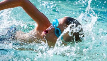 どんなに泳ぎが苦手な子でも必ず25m泳げる方法!体育指導のプロに聞いてみた